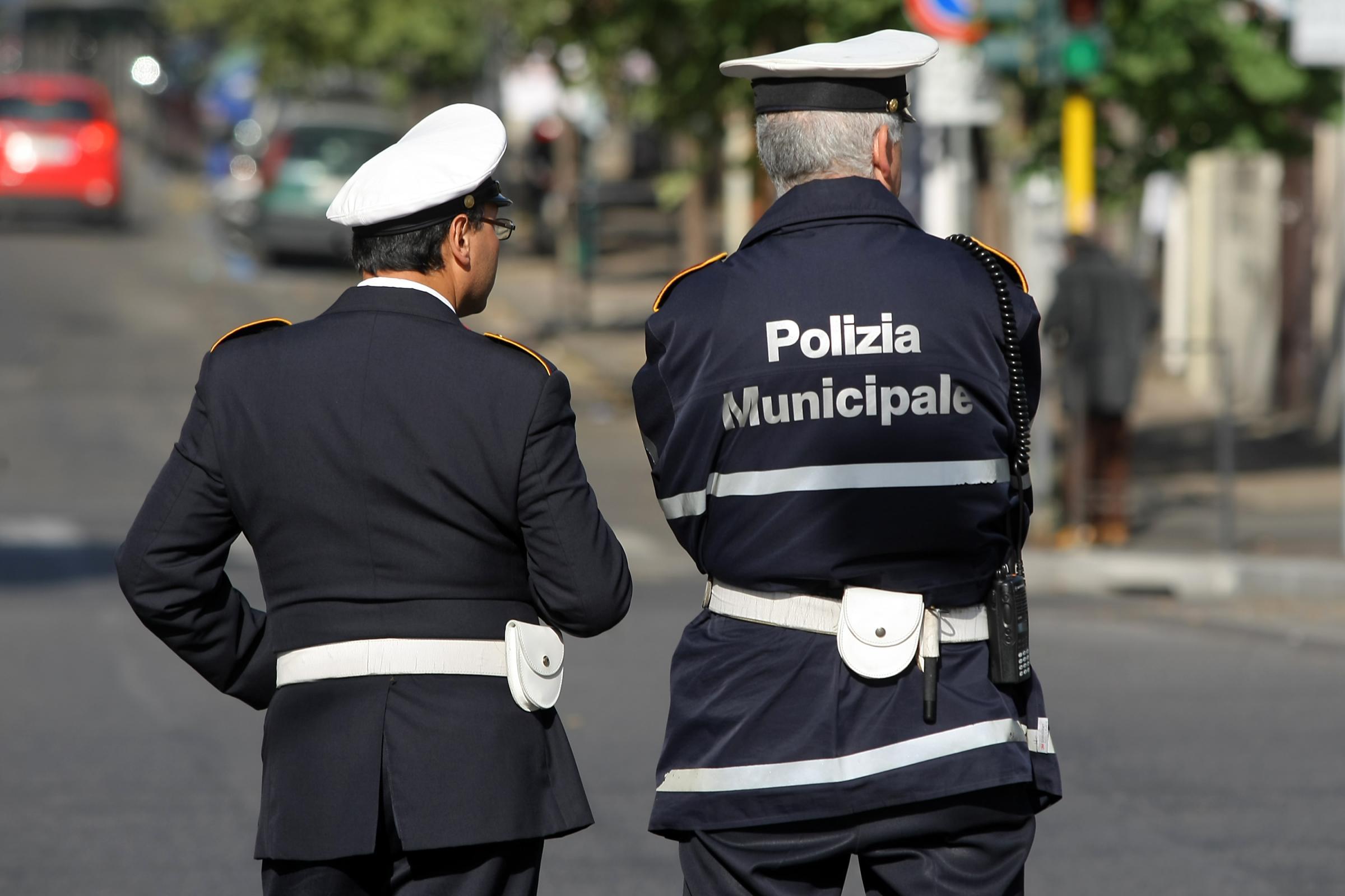 Sacchetti neri in via Toledo:la Polizia Locale individua i responsabili dell'illecito sversamento