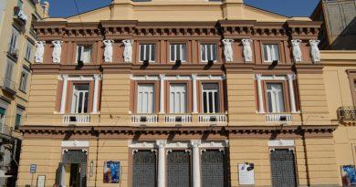 Finalmente a teatro!  Mercoledì 12 maggio alle 19.00 il Teatro Mercadante di Napoli  riapre le porte al pubblico con lo spettacolo  Spacciatore, una sceneggiata