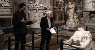 AL MUSEO CAPPELLA SANSEVERO LA PERFORMANCELAMENTS  Abel Ferrara leggei versi diGabriele Tintidi fronte alCristo velato
